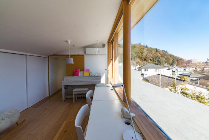 2階の子供部屋からも絶景が広がる。7.5畳の部屋に収納を大きめに設けた。いずれは仕切って2部屋にする予定。