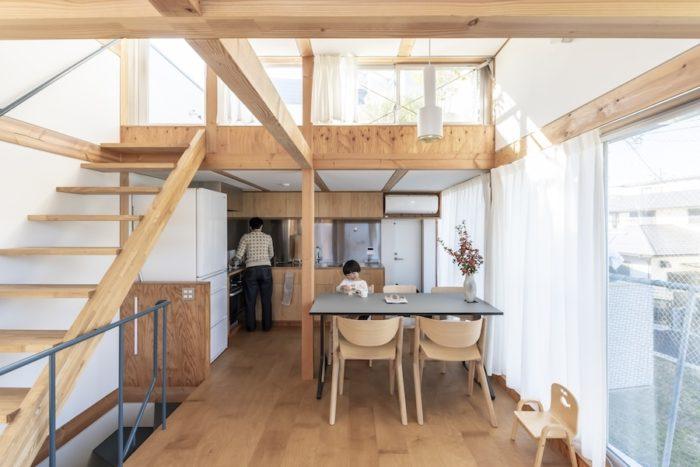 2階リビングからダイニングとキッチンを見る。キッチンは奥さんの好きな節目のないインテリアラーチを使った仕上げに。