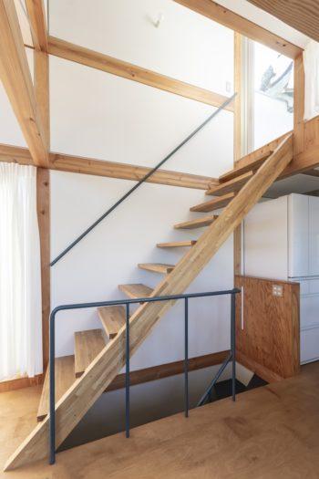 2階からルーフテラスへと上がる階段。