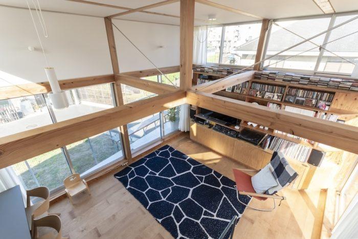ルーフテラスから見下ろす。正面に家が立っているため、収納でそちらの面はふさぎその上部に開口を設けている。