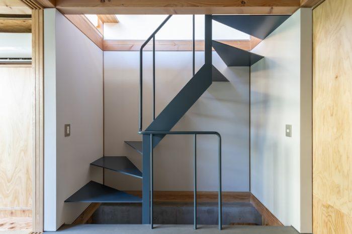 1階のスチール階段。濃いめのブルーグレーの色が1階でアクセントとなって効いている。