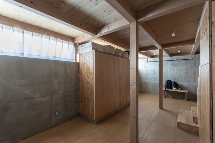 地下は1階とは異なる側面に窓がつくられている。カーテンを引くと地面が見える。