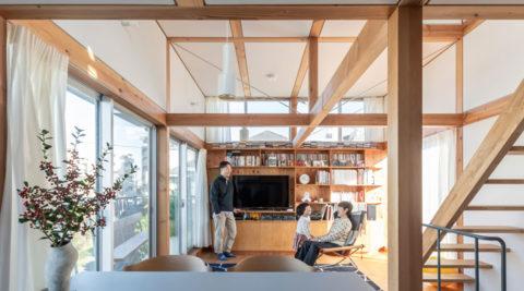 半階ずらし+開口位置などを工夫狭さを感じさせない視線が通り開放的な家