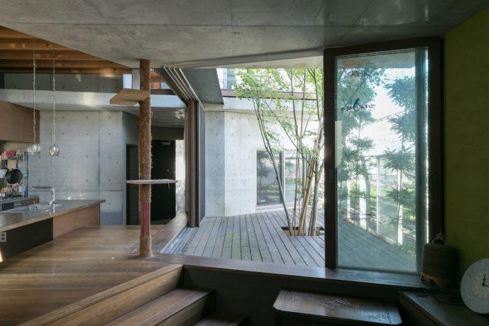 窓を開け放つと、外と中が一体になる。柱にシュロ縄を巻き、キャットタワーを自作。