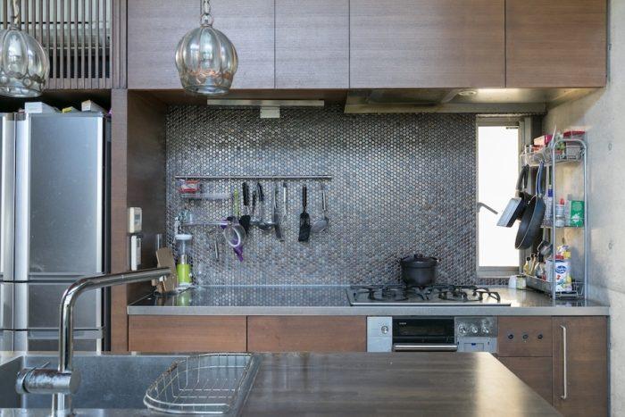 こだわって選んだキッチンのタイルは、光の加減で様々な色に見える。