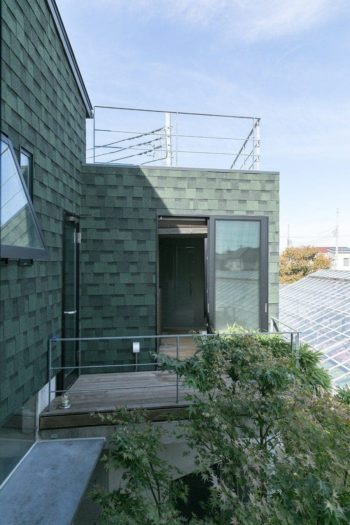寝室からバスルームを見る。緑色の壁は屋根材を壁に流用している。