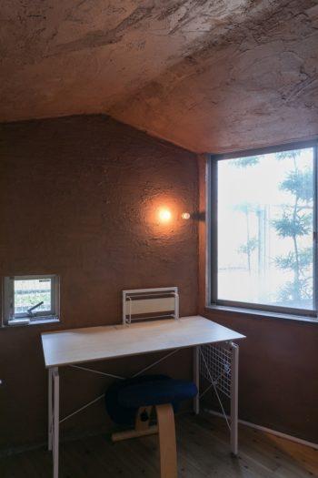 玄関の横の部屋の壁は自分たちで塗装。外壁のようなダイナミックな塗装と三角の天井がキュート。