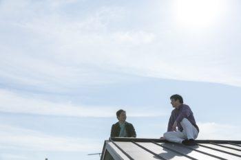 屋根の上に大きな猫が2匹?……ではなく、屋上から屋根に簡単に上がれるので、設計の西久保さんと日向ぼっこ。