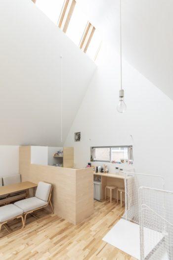 キッチン部分の壁の高さは1.2m。リビングに座っている人からは調理している手元が見えない高さという。