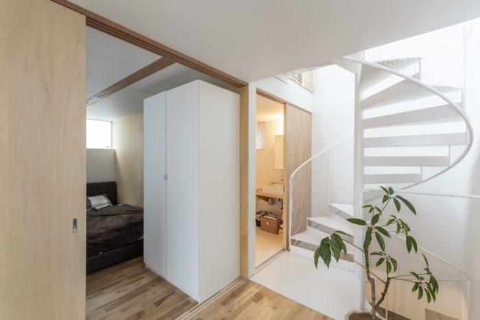 玄関を入って左側に寝室、その奥に浴室がある。浴室はリクエスト通り「広く、かつ掃除がしやすい」ものになったという。階段は段板の裏にリブを設けずすっきりとしたデザインに。リブのかわりに蹴込みの部分に板を渡して補強している。