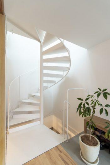 寝室前から階段を見る。一筆書きのように続く手すりが美しい曲線を描いている。