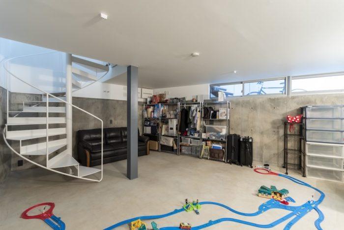 将来は子ども部屋として使う予定の半地下の空間。