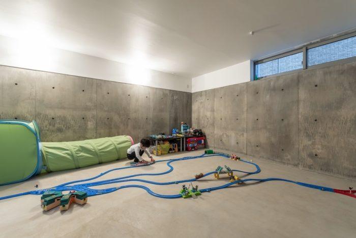 上のお子さんはこの半地下の空間が家の中で一番のお気に入り。朝起きるとすぐ「地下に行きたい」と言うほどという。