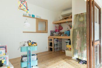 LDKに併設する6畳の部屋はお子さんの遊び場所に。元は和室で、押入れだったスペースがおもちゃ置き場になっている。