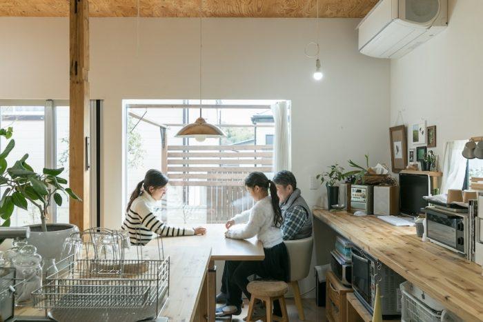 ダイニングテーブルはキッチンのすぐ横に並べ、配膳や片付けの動線をスムーズに。「ここに座るとちょうど庭が見えるので、気持ちが安らぎます」とご主人。
