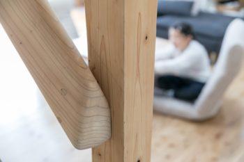 階段の手すりは「おにぎり型」。大人の手にも子どもの手にもスッと馴染む。