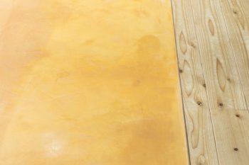 磨き仕上げの土間の表情。予備の土をとってあり、一部えぐれた場合にはセルフで修復できる。