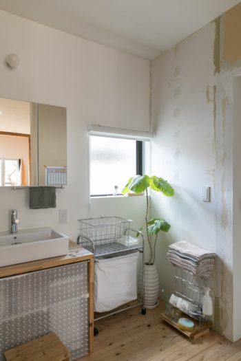 使い勝手よくリノベーションされた洗面スペース。こちらの壁はまだ仕上げ途中。