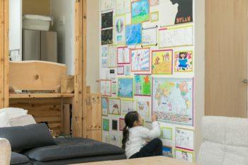 リビングスペースの壁面には、二人のお嬢さんの作品がずらり。