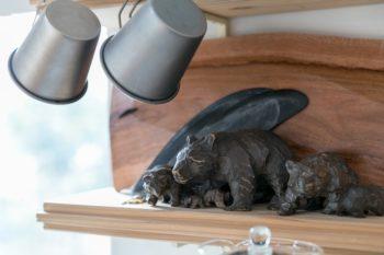 棚に飾られていた木彫りの熊。「祖父母が大切にしていたものです。様々なサイズがあるのがめずらしいですよね」とご主人。