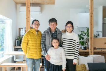 建築家の堀泰彰さん(左)とKさん一家。取材時、ご長女は残念ながら不在だった。