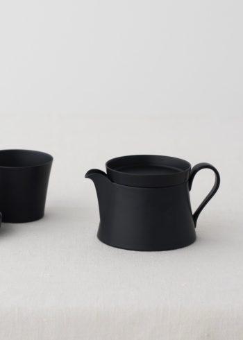 やわらかな手触りの黒と白のマットな釉薬は、このコレクション用に特別に開発されたもの。