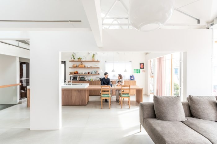 リビングからダイニング・キッチンを見る。空間にさらに変化をもたらすために壁の開口部分の高さを変えている。