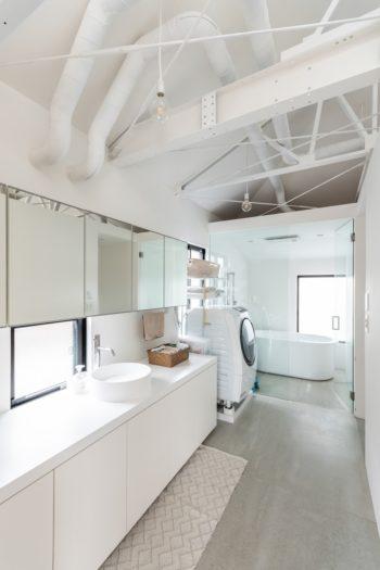 できるだけ空間が広く感じられるように浴室の壁・扉はガラスに。