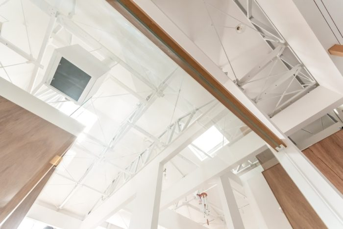 階段からダイニング・キッチンの天井部分を見上げる。