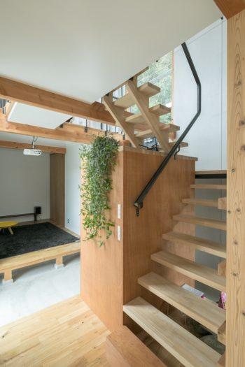 階段の踊り場の下が収納になっている。吹き抜けを生かした明るい空間。