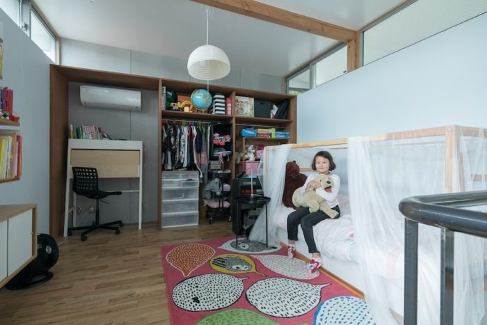 IKEAのフレームつきのベッドにふんわりとレースをかけて、お姫様気分のベッドルームのできあがり。「淡いグレーの壁は自分たちで塗りました」