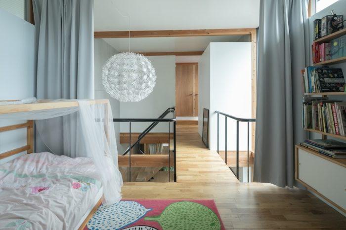 壁や扉がない凛々子ちゃんのお部屋は、広がりが感じられる。