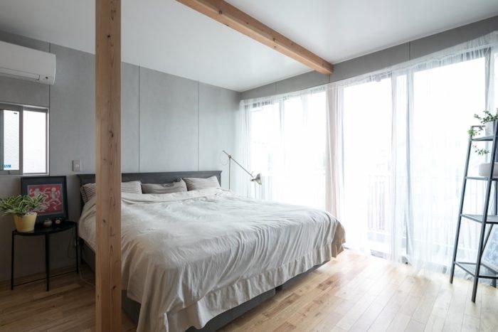 寝室にも広々とした窓を確保。グリーンを飾ってくつろげる空間に。