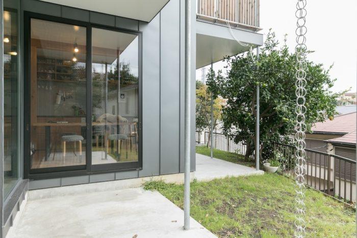 奥に広くなっている変形敷地。敷地に沿って家を建てたことで、開口部を大きく取ることができた。
