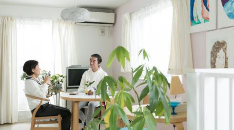 デザイナーのアトリエ兼住居作品が引き立つシンプルな白の空間