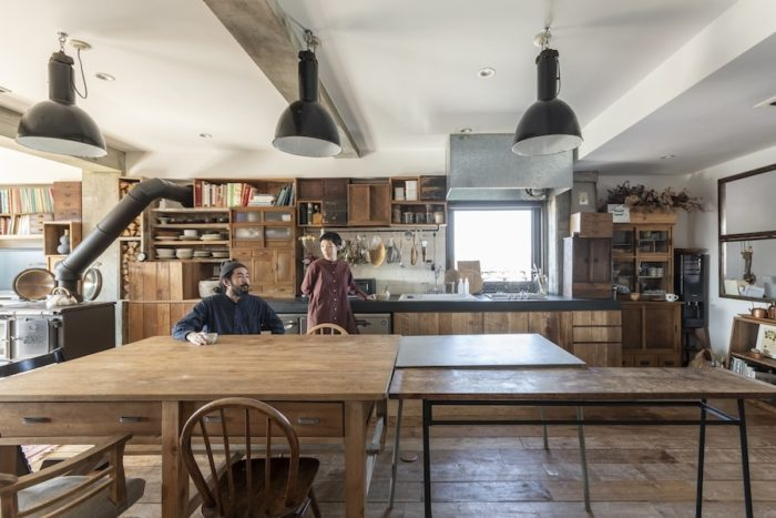 ヨーロッパの古い照明に、日本の古道具の作業台など、年代を感じさせるインテリアが味わい深い3階。昨年11月、新木場にオープンした複合施設「CASICA」は100%LIFEでも掲載。