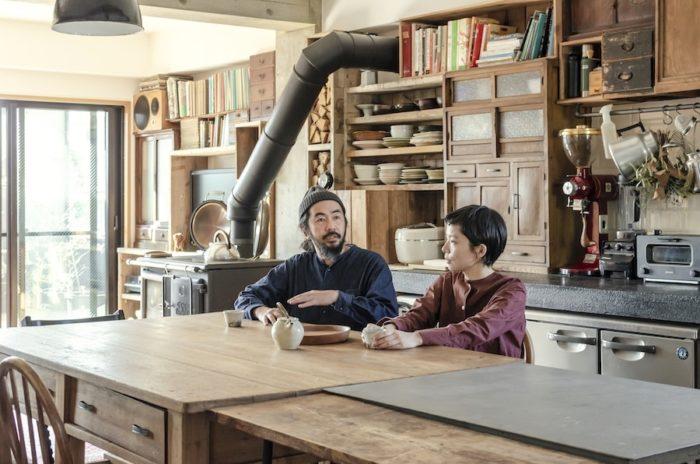 「キレイすぎると落ち着かないんです」と善雄さん。キッチンという境を設けず多様性のある空間にしたかった、という暮らしの中心にあるダイニングテーブルで。