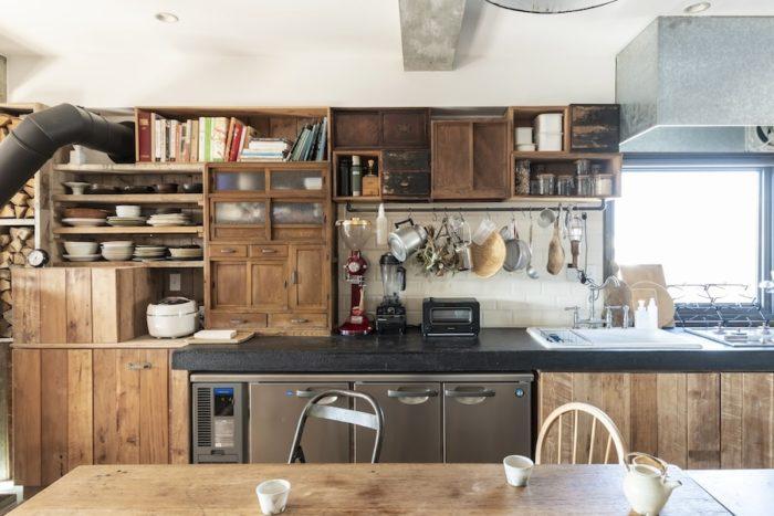 キッチンには、少しずつ集めた古家具などをパズルのようにはめ込み、独創的な棚をアレンジ。