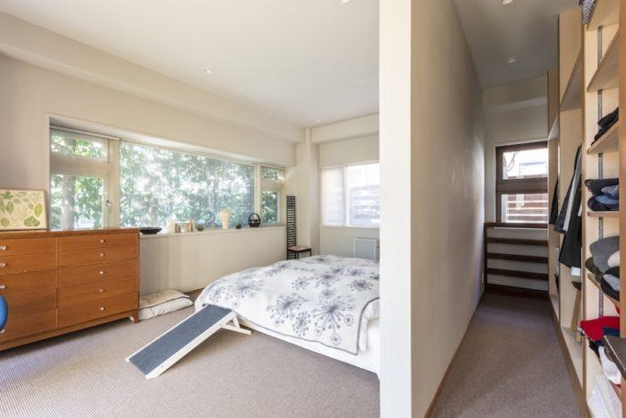 明るい日差しに包まれるベッドルームには、ウォークインクローゼットを設けた。ベッド脇のステップは、年を取った愛犬用。