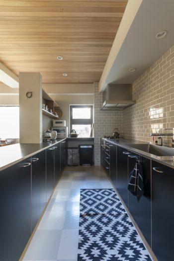 余裕の幅を確保したキッチンでは、普段おふたり一緒に料理するそう。キッチン台の黒の面材がアクセントとなっている。