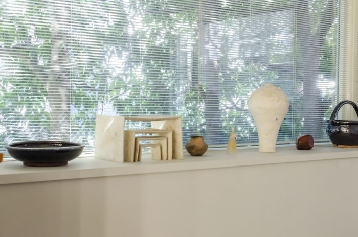 窓辺には、「ギャラリーフェブ」でもかかわりのある陶芸家・内田鋼一や、ガラス作家・イイノナホの作品を飾る。