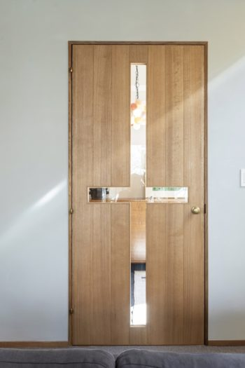 十字型のガラスをはめ込むようオーダーしたドア。玄関にあるイイノナホの照明がガラス越しに見えるのが、かおりさんのお気に入り。