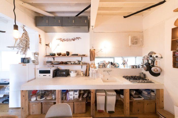 ガスの接続以外はすべてDIYで創ったキッチン。古道具や古材が味を出す。有機物と無機物の組み合わせ方が絶妙。