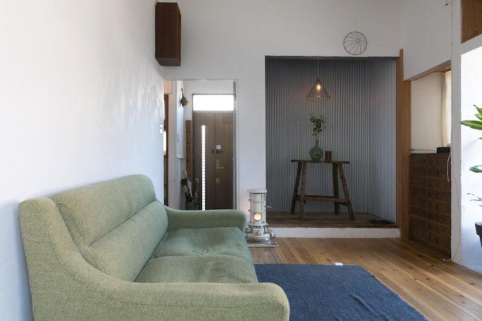和室の畳を取り外し、無垢のスギ材を張った。床の間にはガルバリウムをあしらってディスプレイ空間に。