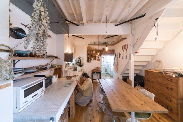 広々としたダイニングキッチンでは、大人数で集まることも多いそう。曾祖母の桐箪笥など、この家にもともとあったものも活かしている。テーブルは古いオフィステーブルの脚に、足場板を組み合わせて載せたもの。