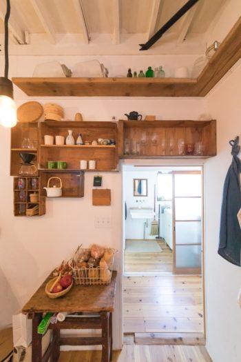 古い木箱を壁に打ち付けて収納棚に。「壁は構造用合板なので、どこにでもビスや釘を簡単に打つことができるんです」。