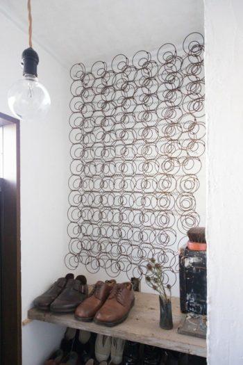 玄関にはベッドのスプリングがオブジェのように飾られていた。