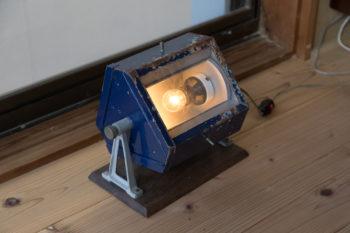 古道具屋で買った暗室のライトをベッドルームの照明に。