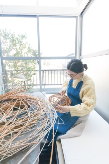 itashioriの名で活動する詩織さんは、籐でカゴを編む作家。冬は寒いのでサンルームの掘りごたつで作業することが多い。