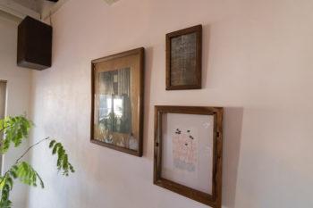 もともとはイラストを描いていた詩織さん。右側のイラスト2点は作品。